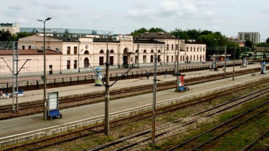 Dzieciaki zwiedzą dworzec PKP w Białymstoku