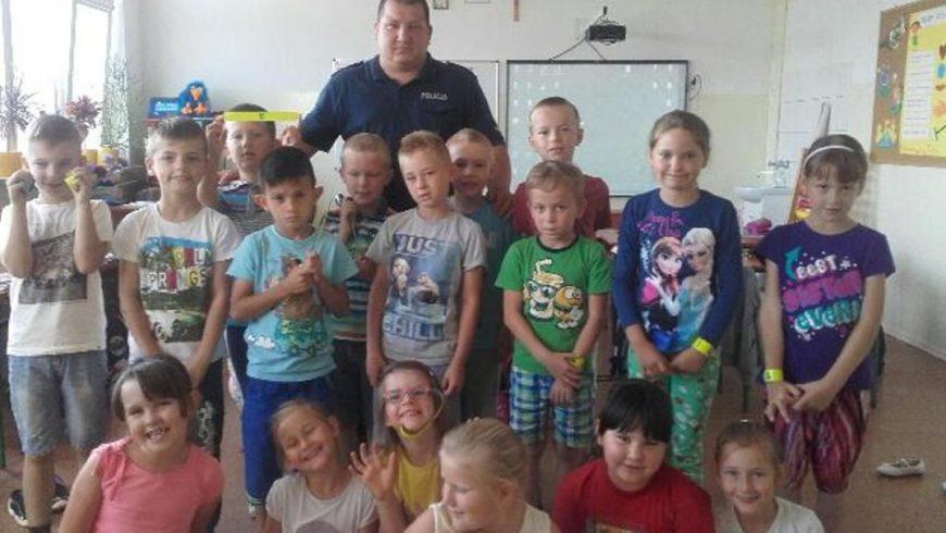 Dzielnicowy na spotkaniu z uczniami w Szudziałowie