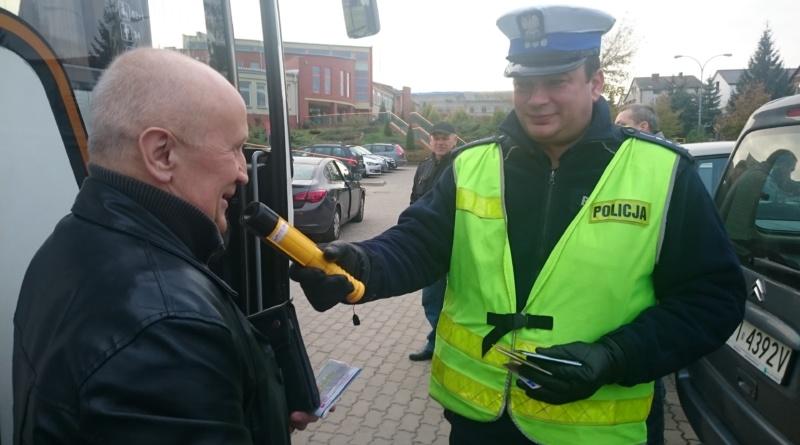 Burmistrz Choroszczy sprawdza bezpieczeństwo przewozu dzieci. Wspólnie z Policją