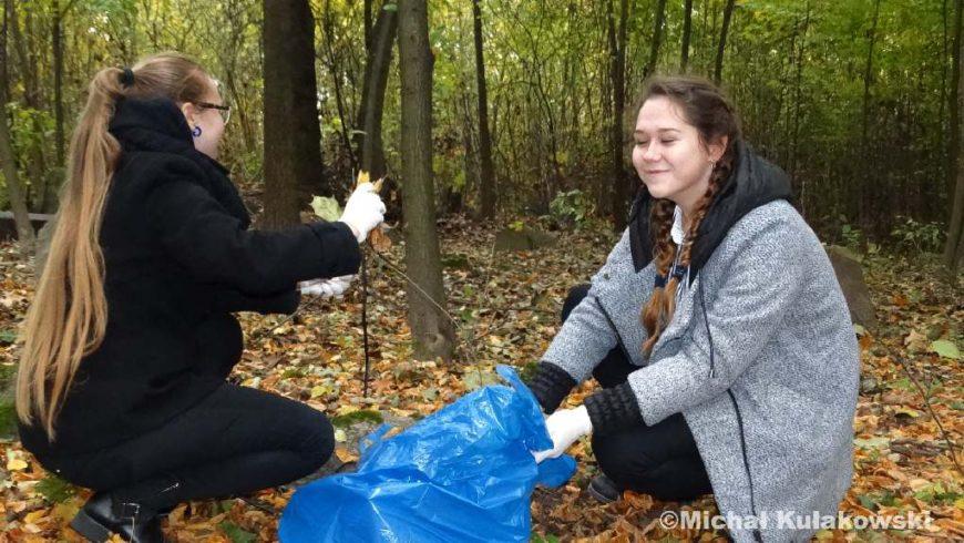 Uczniowie LO posprzątali sokólski kirkut