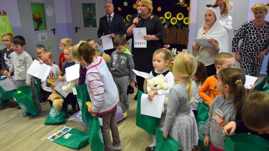 Przedszkolaki na Dniu Pluszowego Misia