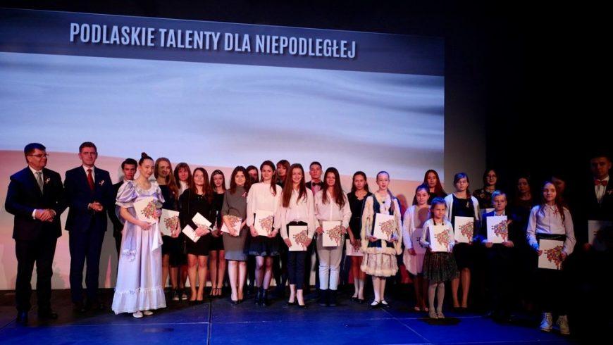 """""""Podlaskie Talenty dla Niepodległej- odsłona II"""". Marszałek nagrodził młodych artystów także z Sokólki"""