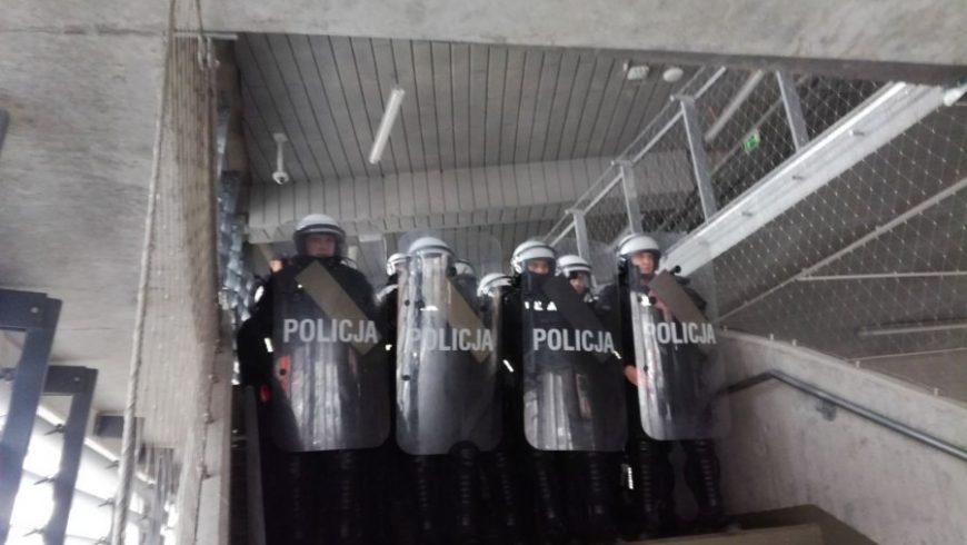 POLICJANCI ĆWICZYLI NA STADIONIE