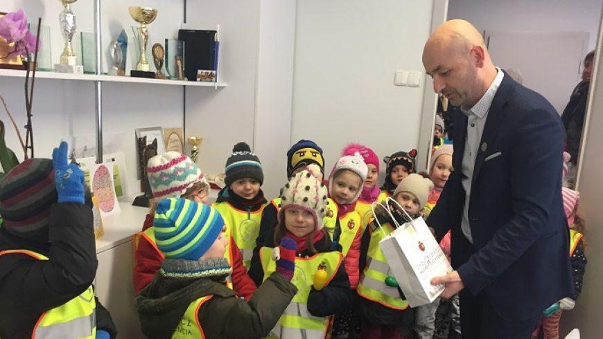 Wiosenna wizyta przedszkolaków w choroskim magistracie